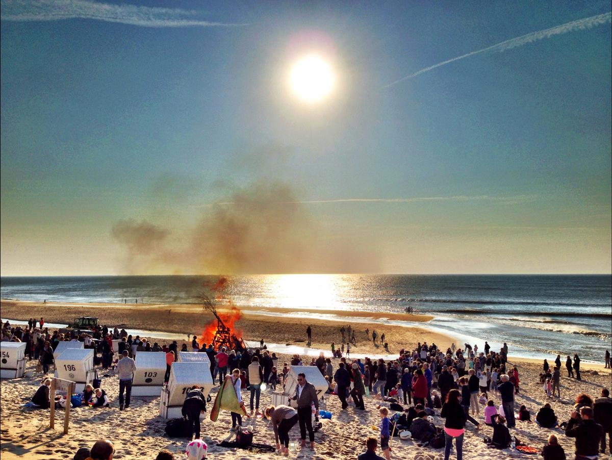 Osterfeuer an der Buhne 16 in Kampen